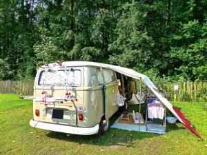 アウトドアを車で楽しむならタープやFFヒーターがついた特別車で夏も冬も快適に